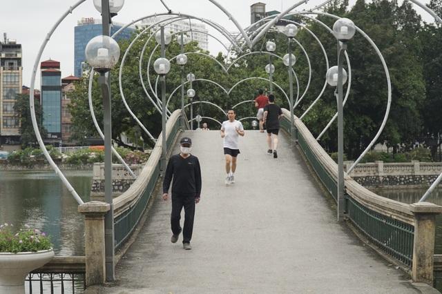 Hà Nội: Hàng loạt công viên đóng cửa, người dân vượt rào vào tập thể dục - 14