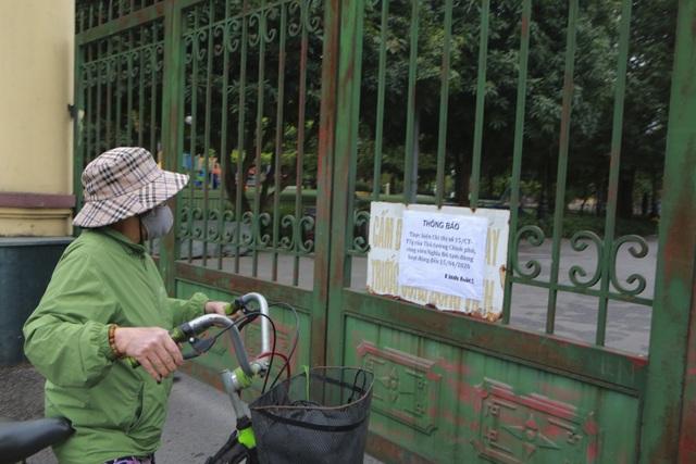 Hà Nội: Hàng loạt công viên đóng cửa, người dân vượt rào vào tập thể dục - 9