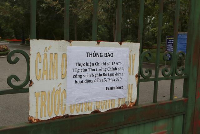 Hà Nội: Hàng loạt công viên đóng cửa, người dân vượt rào vào tập thể dục - 10