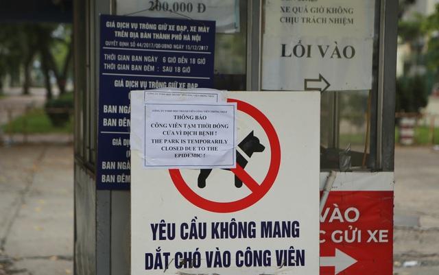 Hà Nội: Hàng loạt công viên đóng cửa, người dân vượt rào vào tập thể dục - 2