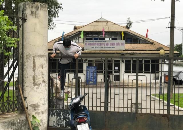 Hà Nội: Hàng loạt công viên đóng cửa, người dân vượt rào vào tập thể dục - 4