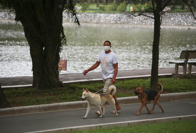 Hà Nội: Hàng loạt công viên đóng cửa, người dân vượt rào vào tập thể dục - 5