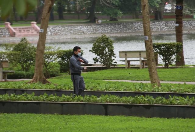 Hà Nội: Hàng loạt công viên đóng cửa, người dân vượt rào vào tập thể dục - 6