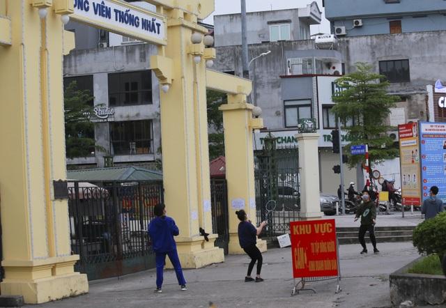 Hà Nội: Hàng loạt công viên đóng cửa, người dân vượt rào vào tập thể dục - 7
