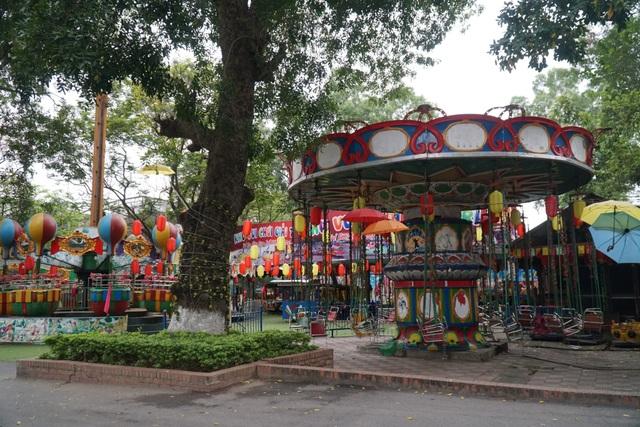 Hà Nội: Hàng loạt công viên đóng cửa, người dân vượt rào vào tập thể dục - 15