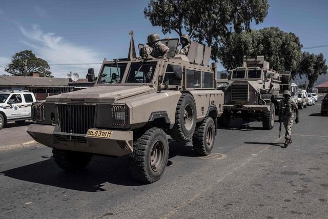 Cảnh sát Nam Phi bị bắt vì nghi bắn chết người vi phạm cách ly Covid-19 - 1