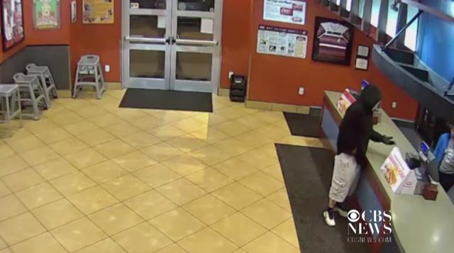 Đen đủi tên cướp nhà hàng gặp đúng vợ chồng cảnh sát đến ăn - 1
