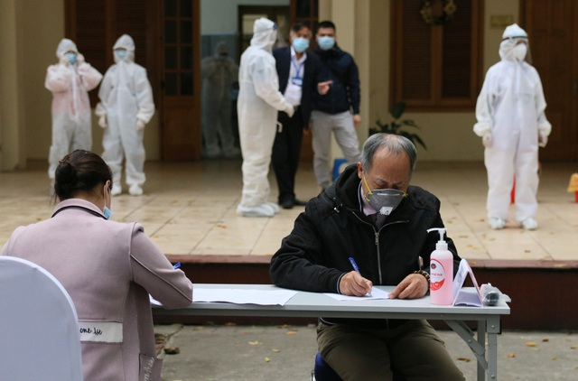 Nhiều người dân xếp hàng xét nghiệm nhanh Covid-19 trong 10 phút ở Hà Nội - 2