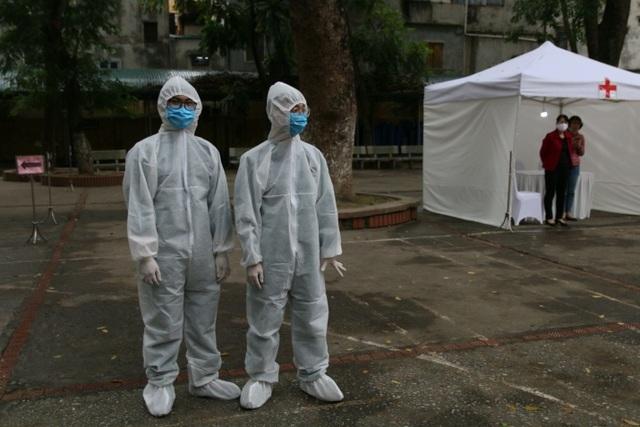 Nhiều người dân xếp hàng xét nghiệm nhanh Covid-19 trong 10 phút ở Hà Nội - 4