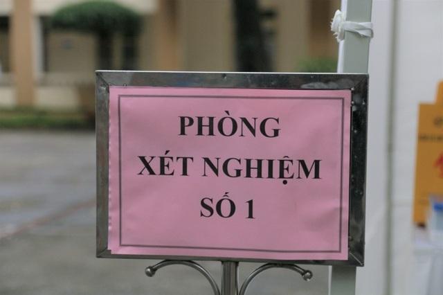 Nhiều người dân xếp hàng xét nghiệm nhanh Covid-19 trong 10 phút ở Hà Nội - 5