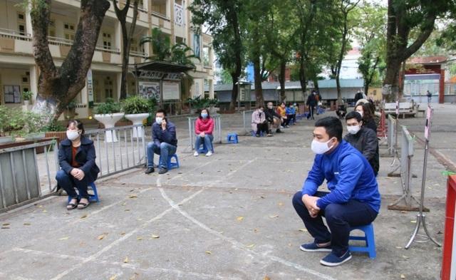Nhiều người dân xếp hàng xét nghiệm nhanh Covid-19 trong 10 phút ở Hà Nội - 8