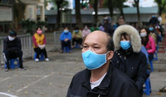 Nhiều người dân xếp hàng xét nghiệm nhanh Covid-19 trong 10 phút ở Hà Nội - 9