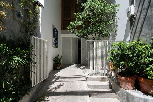 Ngôi nhà phố màu trắng, nổi bật trong hẻm nhỏ ở Sài Gòn - 1