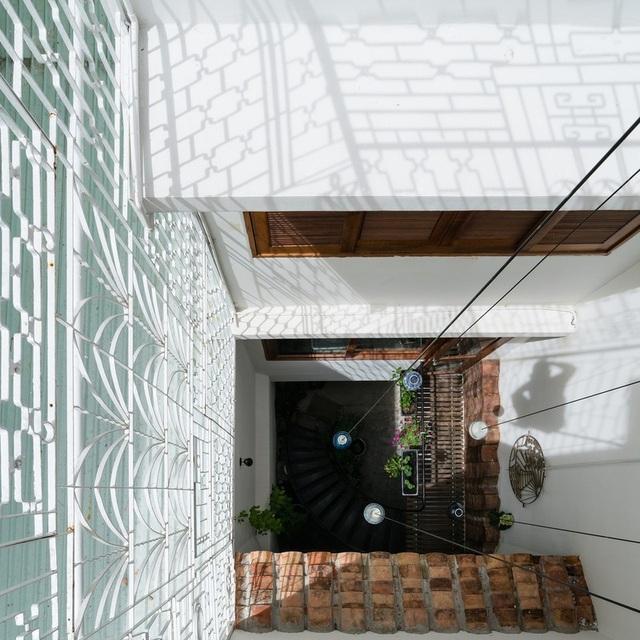 Ngôi nhà phố màu trắng, nổi bật trong hẻm nhỏ ở Sài Gòn - 14