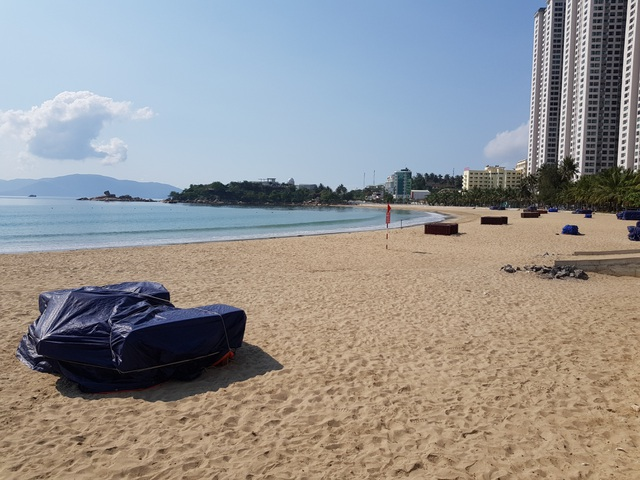 Khánh Hòa: Bãi biển vắng tanh trong ngày đầu cách ly xã hội - 2
