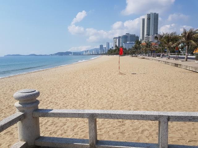 Khánh Hòa: Bãi biển vắng tanh trong ngày đầu cách ly xã hội - 4