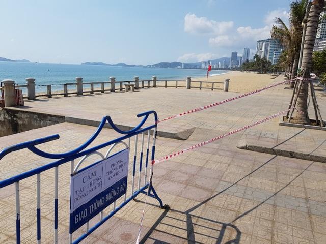 Khánh Hòa: Bãi biển vắng tanh trong ngày đầu cách ly xã hội - 1