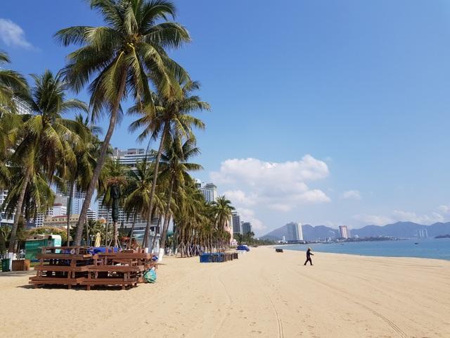 Khánh Hòa: Bãi biển vắng tanh trong ngày đầu cách ly xã hội - 6