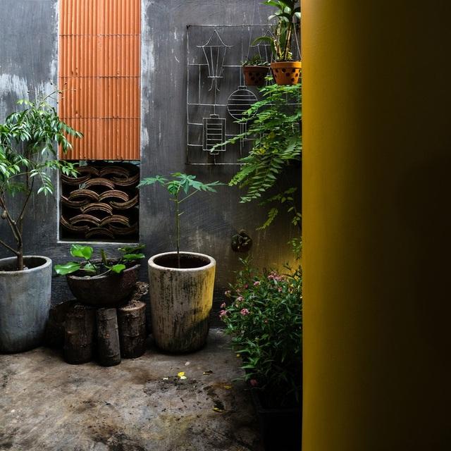 Ngôi nhà phố màu trắng, nổi bật trong hẻm nhỏ ở Sài Gòn - 3