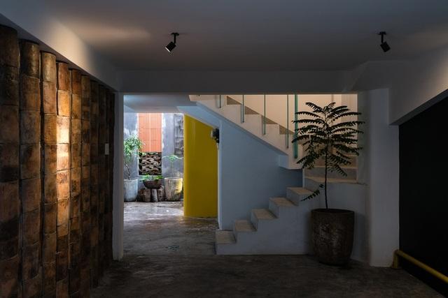 Ngôi nhà phố màu trắng, nổi bật trong hẻm nhỏ ở Sài Gòn - 4