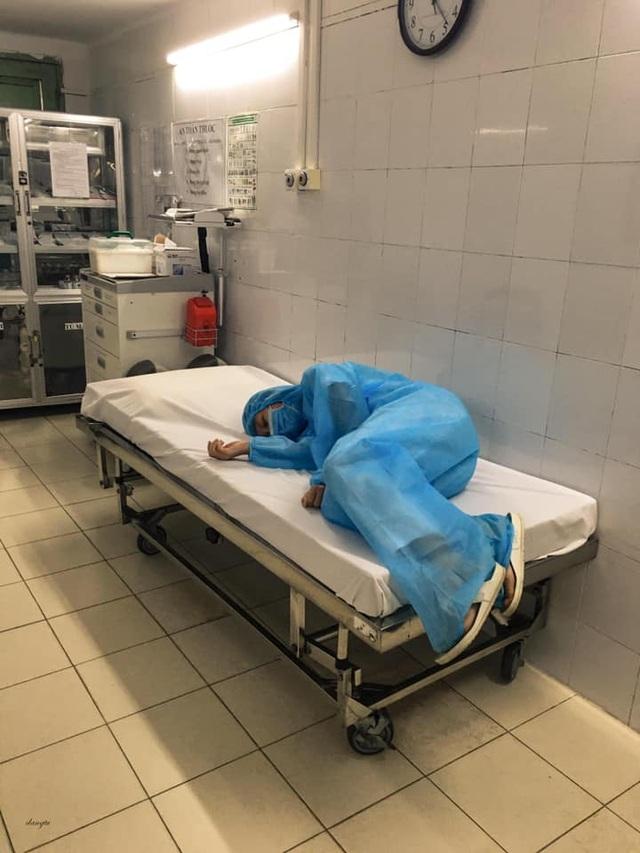 Những hình ảnh cảm động trong bệnh viện giữa tâm dịch Covid-19 - 13
