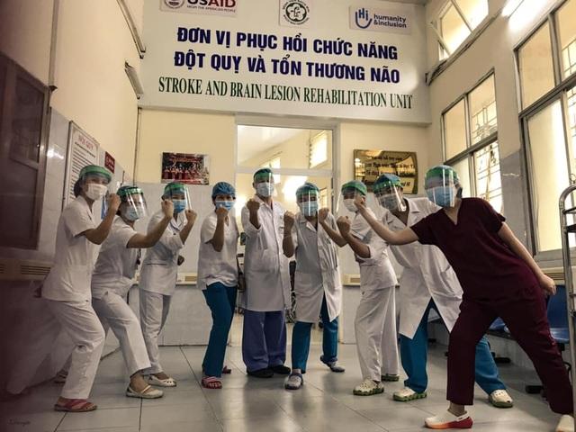 Những hình ảnh cảm động trong bệnh viện giữa tâm dịch Covid-19 - 11