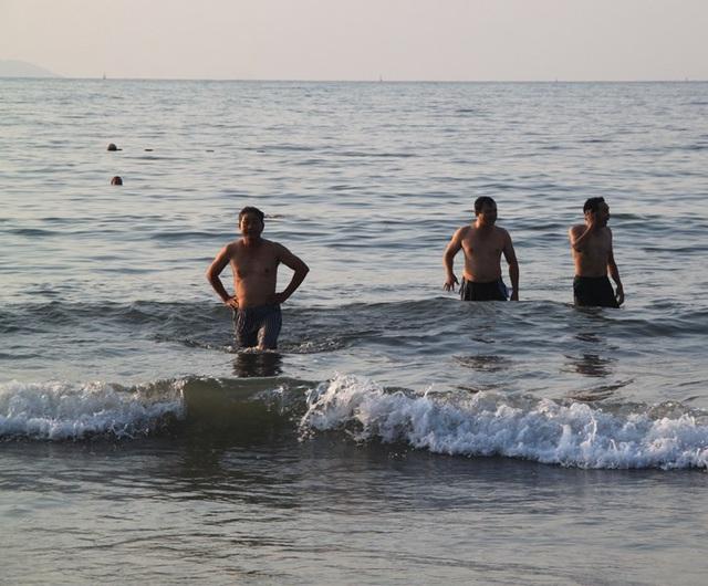 Chính quyền nhắc từng người dân chưa tụ tập, tắm biển phòng dịch Covid-19 - 5
