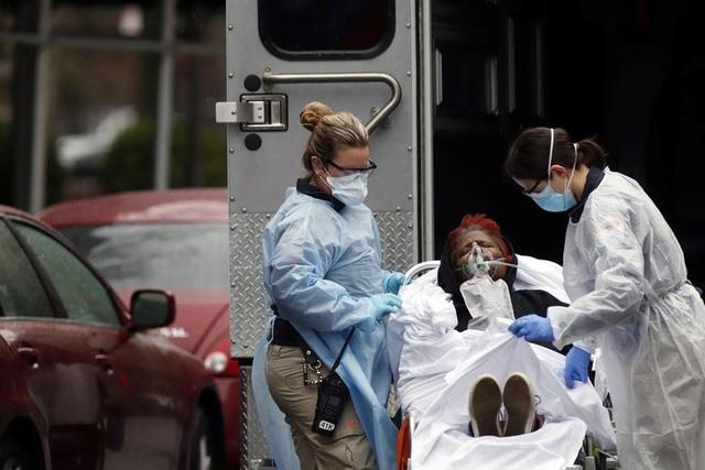 800 người chết trong ngày, số ca tử vong vì Covid-19 ở Mỹ vượt Trung Quốc - 1
