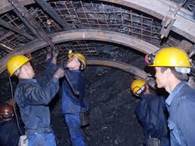 Cứu hộ thành công 6 công nhân mắc kẹt trong lò than - 1