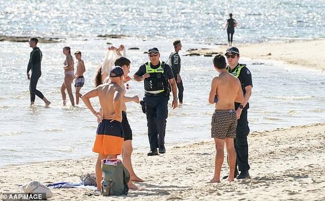 Tấn công và nhổ nước bọt vào cảnh sát khi bị nhắc nhở rời khỏi bãi biển - 3