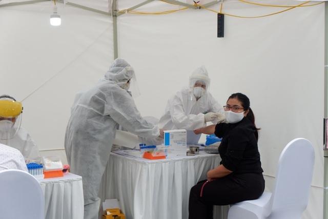 Người từng đi thăm bệnh ở viện Bạch Mai dương tính khi test nhanh Covid-19 - 1
