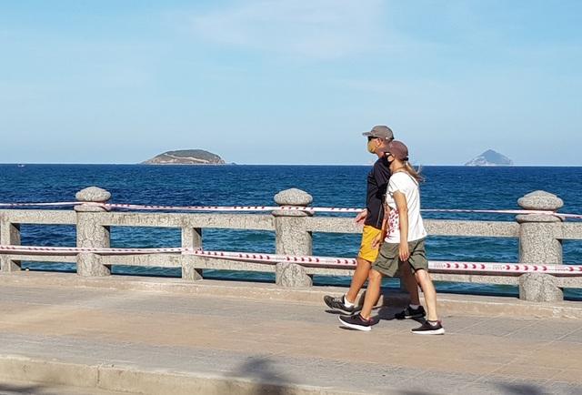 Nha Trang: Du khách đeo khẩu trang khi ra đường, phố Tây vắng vẻ - 2