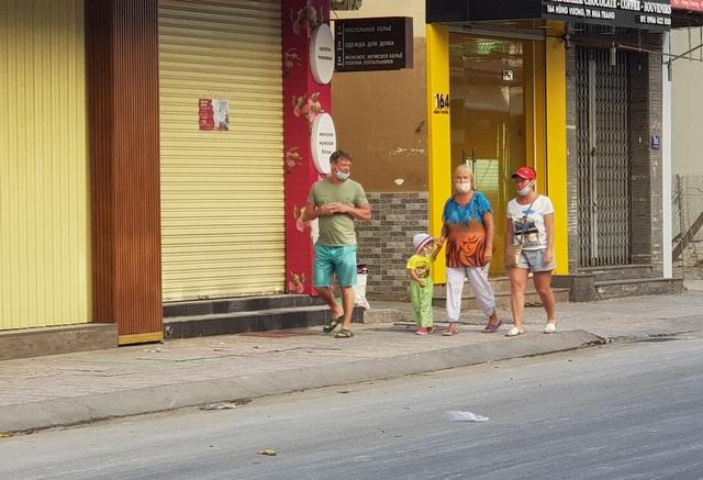 Nha Trang: Du khách đeo khẩu trang khi ra đường, phố Tây vắng vẻ - 4
