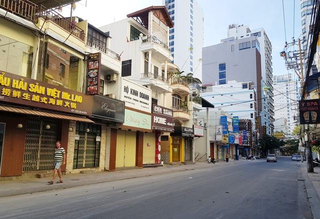 Nha Trang: Du khách đeo khẩu trang khi ra đường, phố Tây vắng vẻ - 7