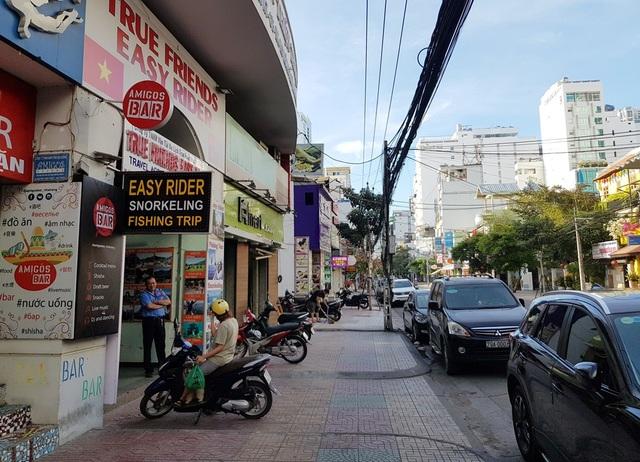 Nha Trang: Du khách đeo khẩu trang khi ra đường, phố Tây vắng vẻ - 10