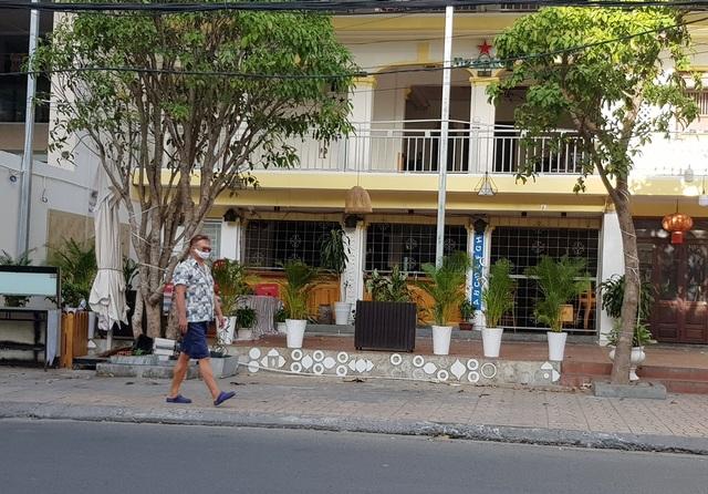 Nha Trang: Du khách đeo khẩu trang khi ra đường, phố Tây vắng vẻ - 6