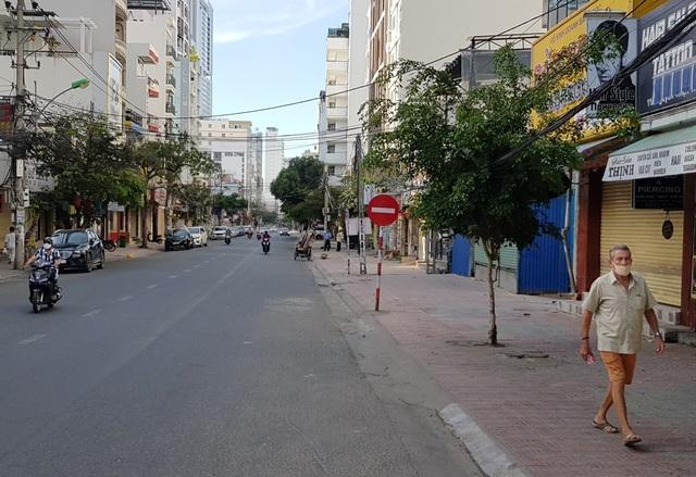 Nha Trang: Du khách đeo khẩu trang khi ra đường, phố Tây vắng vẻ - 5