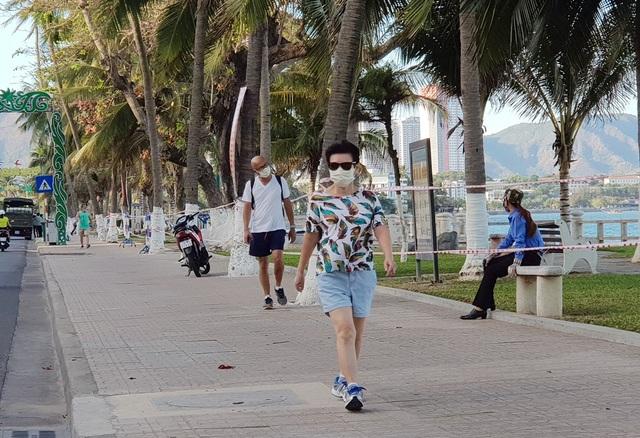 Nha Trang: Du khách đeo khẩu trang khi ra đường, phố Tây vắng vẻ - 1