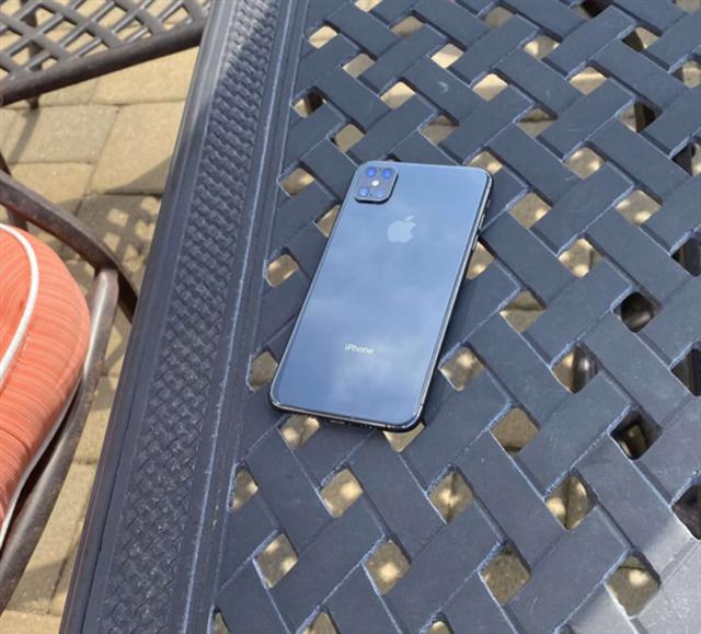 Lộ ảnh thật iPhone thế hệ mới với cụm 4 camera, không còn tai thỏ - 3