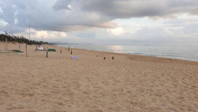 Phú Yên siết chặt quản lý nơi công cộng, bãi biển không một bóng người - 3