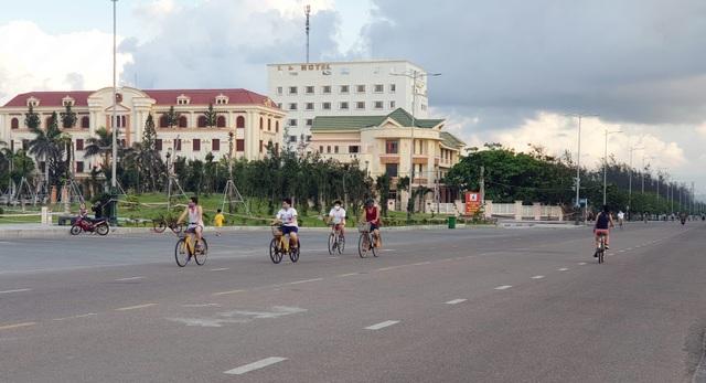 Phú Yên siết chặt quản lý nơi công cộng, bãi biển không một bóng người - 5