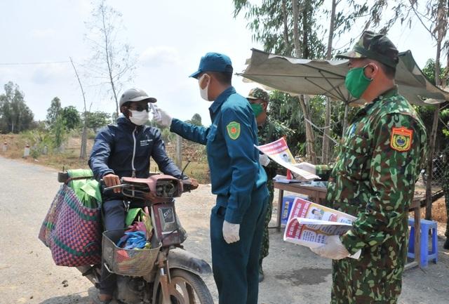 Bộ đội Biên phòng canh đường sông, giữ đường đồng ngăn ngừa dịch Covid-19 - Ảnh minh hoạ 6