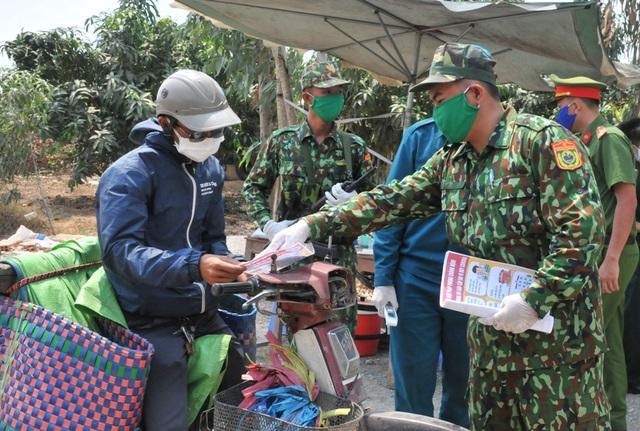 Bộ đội Biên phòng canh đường sông, giữ đường đồng ngăn ngừa dịch Covid-19 - Ảnh minh hoạ 7