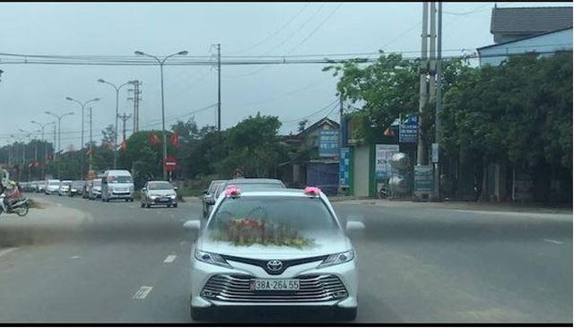 Người dân ngỡ ngàng trước dàn xe rước dâu của gia đình Phó Giám đốc Bệnh viện Đa khoa Hương Khê.