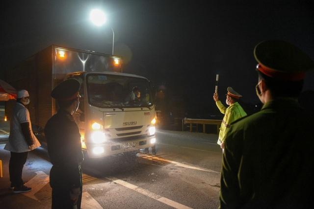 Trắng đêm đo thân nhiệt tại cửa ngõ Phú Thọ tiếp giáp Hà Nội - 4