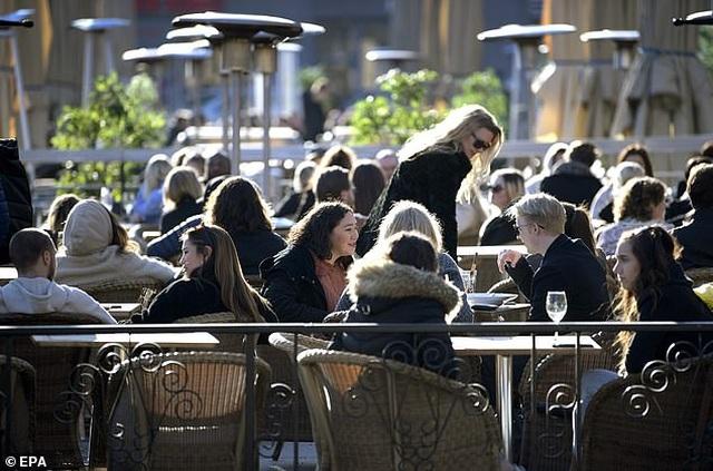 Đại dịch bùng phát: Người dân vẫn tụ tập quán xá, nhà hàng - 2