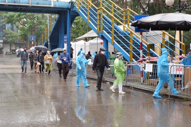 """Hàng trăm người dân """"đội mưa"""" chờ xét nghiệm Covid-19 trong ngày Giỗ Tổ - 3"""