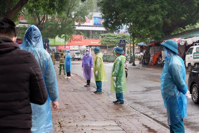 """Hàng trăm người dân """"đội mưa"""" chờ xét nghiệm Covid-19 trong ngày Giỗ Tổ - 7"""