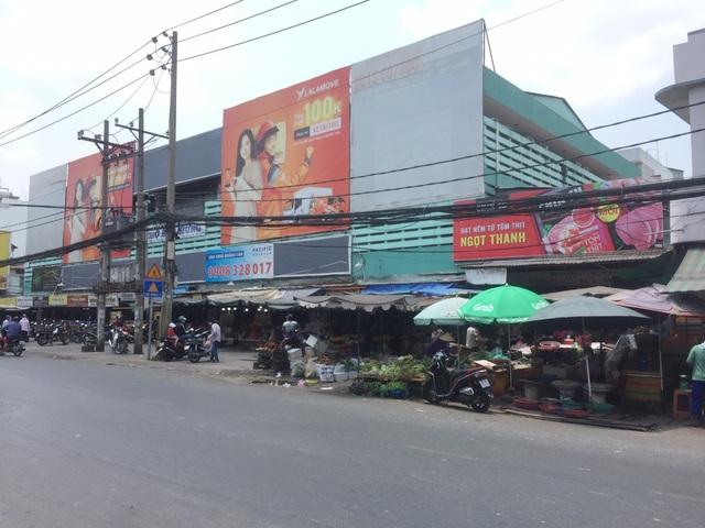 """TPHCM: Chợ và siêu thị vắng người, chợ tạm phải """"giải tán - 11"""