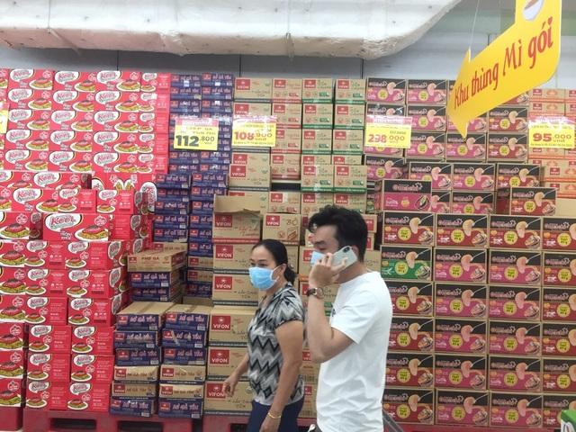 """TPHCM: Chợ và siêu thị vắng người, chợ tạm phải """"giải tán - 3"""